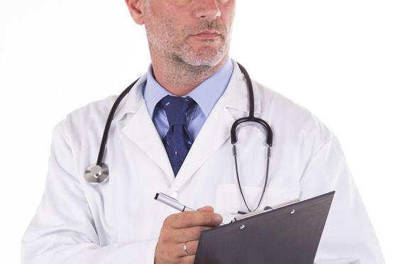 Arzt Mediziner mit Stethoskop und Klemmbrett